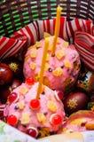Торт пасхи и покрашенные яйца стоковые изображения