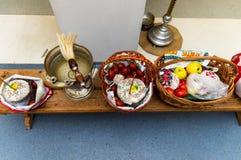 Торт пасхи и покрашенные яйца стоковые фотографии rf