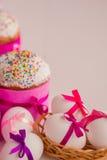 Торт пасхи и украшенные яичка Стоковое фото RF