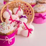 Торт пасхи и украшенные яичка Стоковое Изображение RF