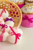 Торт пасхи и украшенные яичка Стоковые Изображения