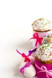 Торт пасхи и украшенные яичка Стоковое Изображение