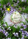 Торт пасхи на траве и цветках Стоковое Фото
