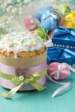 Торт пасхи, покрашенные яичка и настоящие моменты в голубых коробках Стоковая Фотография