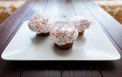 Торт пасхи с замораживать белизны и покрашенные шариками Стоковые Изображения RF