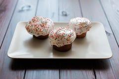 Торт пасхи с замораживать белизны и покрашенные шариками Стоковые Фото