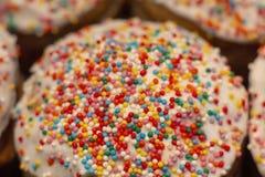Торт пасхи с замороженностью и шлихта на празднике пасхе весны стоковое изображение rf