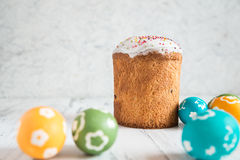 Торт пасхи с покрашенными яичками Стоковая Фотография