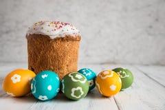 Торт пасхи с покрашенными яичками Стоковые Изображения