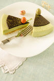 Торт пасхи с matcha чая украсил яичка ganache и сладостн-вещества шоколада Стоковая Фотография RF