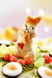 Торт пасхи, торт марципана с figurine фисташки, зайчика пасхи и помадкой Стоковые Фотографии RF