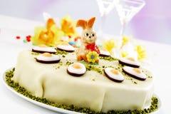 Торт пасхи, торт марципана с figurine фисташки, зайчика пасхи и помадкой Стоковые Фото