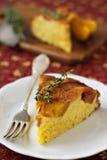 Торт персика и cornmeal вверх ногами Стоковые Изображения