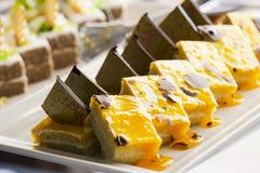 Торт печенья с вареньем банана и частями шоколада на белой плите Селективный фокус Стоковое Фото