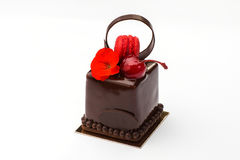 Торт печенья с macaroons в шоколаде с вишней Стоковое Фото
