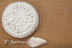 Торт печенья украшенный с взбитым lifter торта сливк и серебра Стоковые Изображения