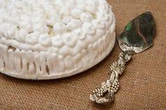 Торт печенья украшенный с взбитым lifter торта сливк и серебра Стоковое Изображение RF