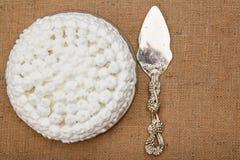 Торт печенья украшенный с взбитым lifter торта сливк и серебра Стоковые Изображения RF