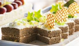 Торт печенья, украшенный с cream и белым шоколадом на белой плите Селективный фокус Стоковая Фотография RF