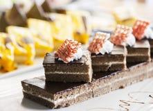 Торт печенья, украшенный с cream и белым шоколадом на белой плите Селективный фокус Стоковое Изображение