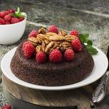 Торт пирожного гайки шоколада украшенный с поленикой Стоковые Фотографии RF