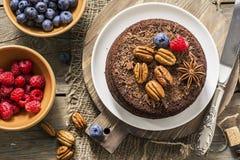 Торт пирожного гайки шоколада украшенный с поленикой Стоковая Фотография RF