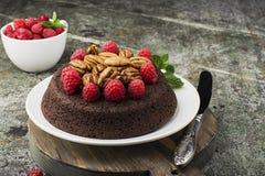 Торт пирожного гайки шоколада украшенный с поленикой Стоковое Изображение RF