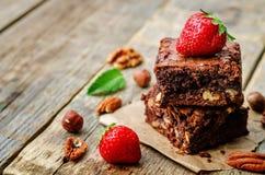 Торт пирожного гайки шоколада украшенный с клубниками Стоковое Изображение RF