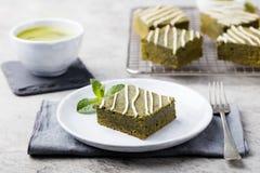 Торт пирожного зеленого чая Matcha с белым шоколадом на предпосылке белой плиты серой каменной Стоковое Фото