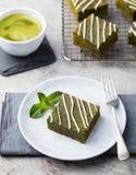 Торт пирожного зеленого чая Matcha с белым шоколадом на предпосылке белой плиты серой каменной Стоковые Изображения RF