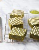 Торт пирожного зеленого чая Matcha с белым шоколадом на предпосылке охладительной решетки серой каменной Стоковое Изображение RF
