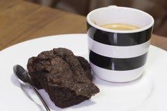 Торт пирожного на белом блюде с кофейной чашкой Стоковая Фотография