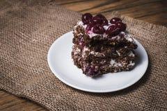 Торт пирожного с земной вишней на деревянной доске Стоковые Фото