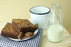 Торт пирожного хлебопекарни и бутылка молока Стоковое Изображение