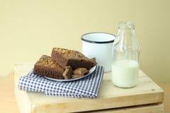 Торт пирожного хлебопекарни и бутылка молока Стоковая Фотография RF