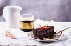 Торт пирожного шоколада с ягодами красной смородиной и чашкой кофе Стоковое фото RF