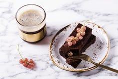 Торт пирожного шоколада с ягодами красной смородиной и чашкой кофе Стоковое Изображение RF