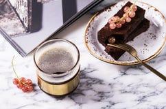 Торт пирожного шоколада с ягодами красной смородиной и чашкой кофе Стоковая Фотография RF