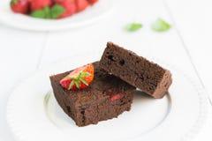 Торт пирожного шоколада на белой плите украшенной с strawberrie Стоковое Изображение RF