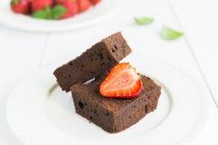 Торт пирожного шоколада на белой плите украшенной с strawberrie Стоковая Фотография RF