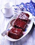 Торт пирожного шоколада на винтажном диске на серой предпосылке Деревенский тип Селективный фокус Стоковое Изображение RF