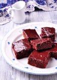 Торт пирожного шоколада на винтажном диске на серой предпосылке Деревенский тип Селективный фокус Стоковое Изображение