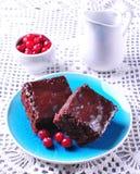 Торт пирожного шоколада на винтажном диске на серой предпосылке Деревенский тип Селективный фокус Стоковая Фотография RF