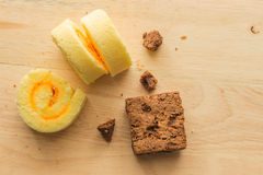 Торт пирожного шоколада с креном варенья в деревянной предпосылке Стоковое Изображение