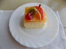 Торт плода с вишней на плите стоковые фото