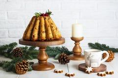 Торт плодоовощ рождества на таблице в кухне стоковые изображения