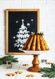 Торт плодоовощ рождества на таблице в кухне стоковое изображение rf
