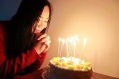 Торт плодоовощ Розы дня рождения с рукой женщины делает желание дня рождения Стоковые Изображения RF