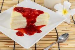 Торт покрытый с вареньем клубники Стоковые Изображения RF