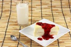 Торт покрытый с вареньем клубники Стоковая Фотография